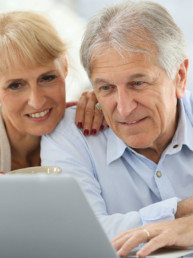 Foto de pareja mirando un portátil